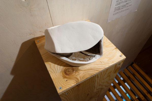《い・しのかたち(複製)》/2015/160×130×195/段ボール、紙粘土、白色地塗り剤