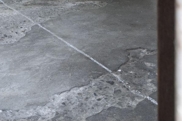 《オールウェイズ、オールレディ・メイド・ シーン(線と立ち止まる足)》/ 2016 / サイズ可変  /地面に線、立ち止まる足