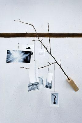 《あるシーンにて/私は雨傘を忘れた》/2015/サイズ可変 /木、インクジェットプリント、糸、他