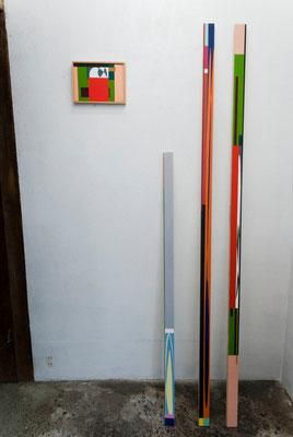 左から《い・し D》/2015/210×148/パネルにアクリル絵具、《い・しバー B》/2015/20×40×1200/木にアクリル絵具、《い・しバー C》/2015/20×40×1715/木にアクリル絵具、《い・しバー D》/2015/20×40×1715/木にアクリル絵具
