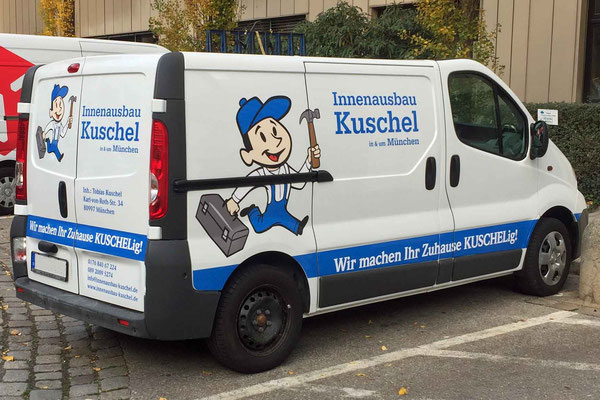 Fahrzeugbeschriftung mit Klebefolien und Firmenlogo.