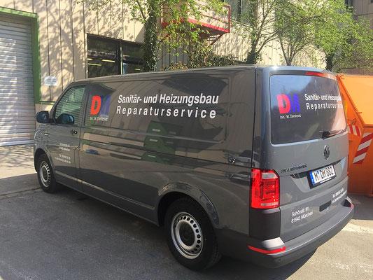 Fahrzeugbeschriftung mit Lochfolie auf Fensterscheiben.