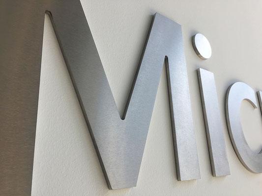 3D-Buchstaben aus Edelstahl gebürstet.