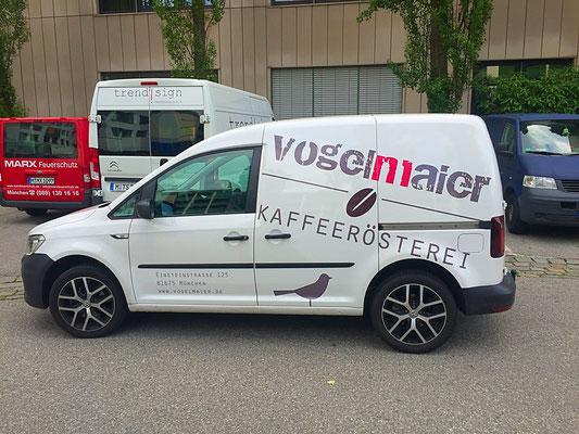 Fahrzeugbeschriftung VW Caddy in CI-Farben mit Digitaldruck