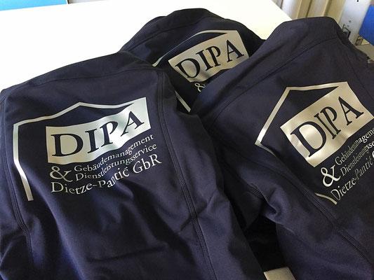 Arbeitskleidung bedruckt mit Firmenlogo.