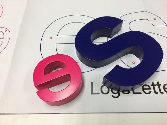 Aluminium-Buchstaben mit Schablone.