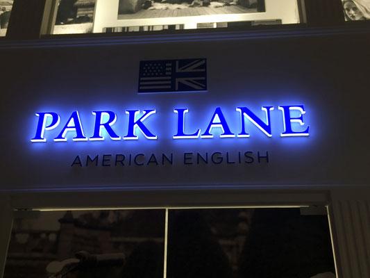 Leuchtbuchstaben mit leuchtendem Front- und Seitenteil, Bautiefe 33 mm, Ausleuchtung LED.