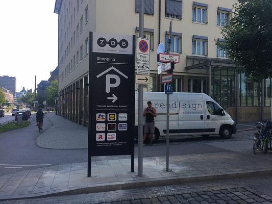 Fertig montierter neuer Werbepylon am ZOB München