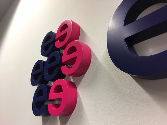 3D-Buchstaben aus Aluminium farbig lackiert.