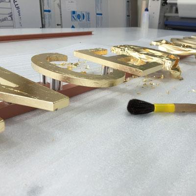 3D-Buchstaben vergoldet mit Blattgold.