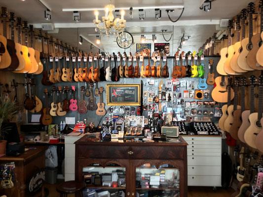 Musikhaus Fabiani Guitars, Musikinstrumente wie z.B. Westerngitarren, Konzertgitarren, Bass, Lapsteel, Banjos, Mandolinen, Ukulelen, Percussion, Dejembe, Conga, Bongo, Kindertrommeln, Gitarrenverstärker, Amps, Akustikgitarren, Mikrofone, Verleih von Boxen