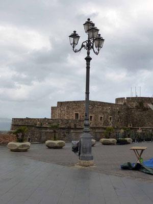 Die Piazza - heute grau - der Tag ist kalt und unfreundlich