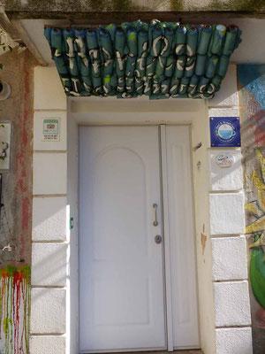 Spraydosen unter dem Haustürdach