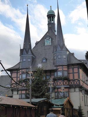 Das Rathaus - durch den Weihnachtsmarkt schlecht zu fotografieren