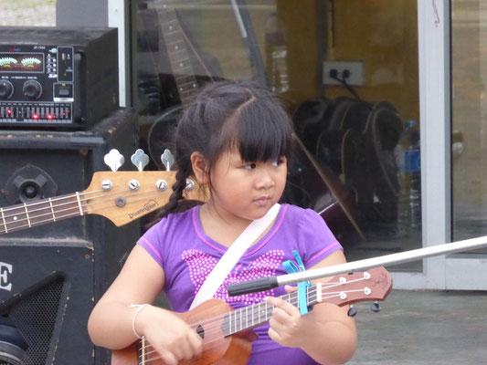 Sie zeigen den Passanten, was sie musikalisch lernen. Die Kleine war vor 2 Jahren schon da