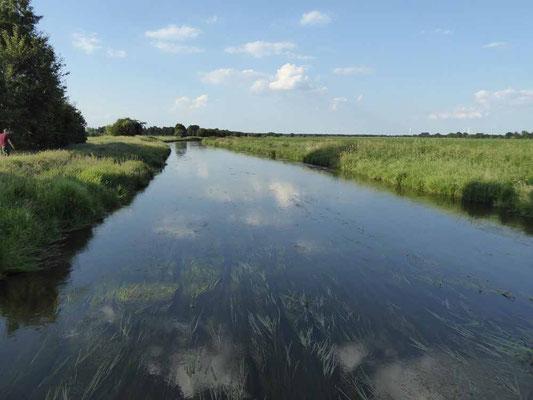 Am See endet die Straße, weiter geht es auf Radwegen, gleich hinter dem Platz fließt ein Kanal