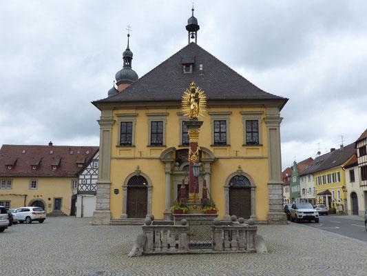 Rathaus mit Marienstatue auf dem Marktplatz