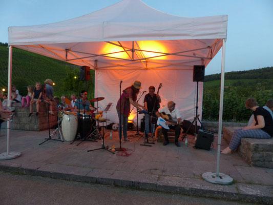 Eine Band spielt feurige spanische Musik