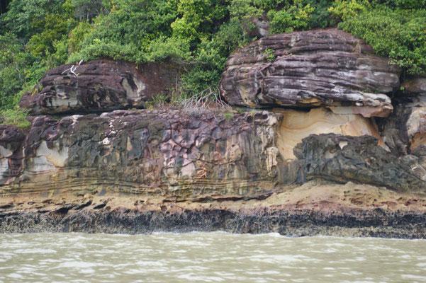 Wunderschöne Steinformationen am Ufer