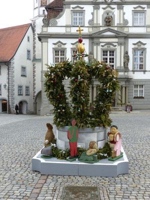 Osterbrunnen vor den Rathaus