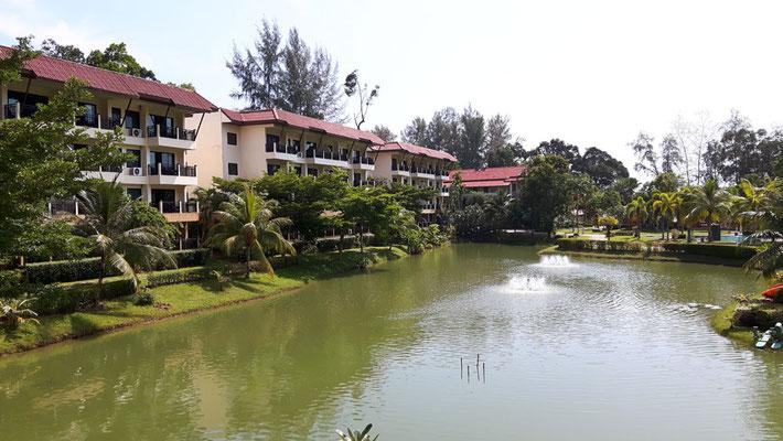 Die Häuser liegen rund um einen See
