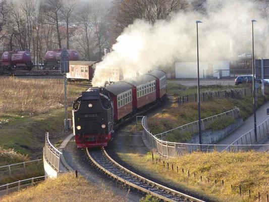 Diese Dampfeisenbahn fährt alle paar Minuten am Stellplatz vorbei