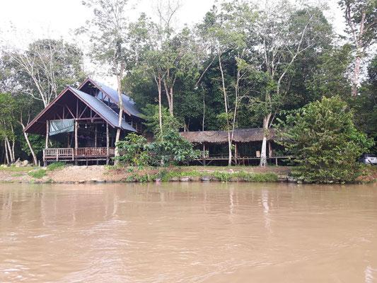 Das Restaurant der Lodge von der Flußseite