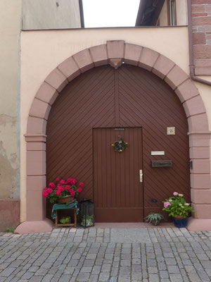 liebevoll gepflegte Eingangstore