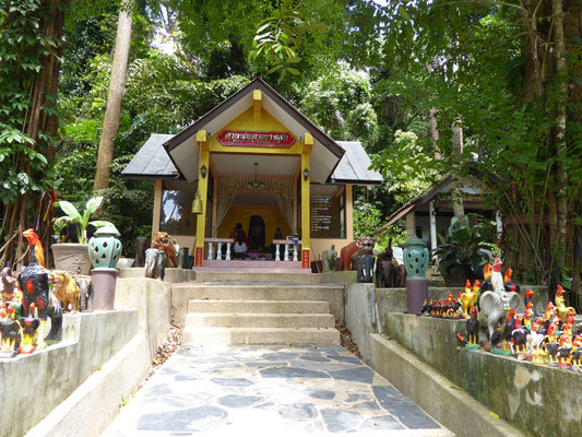 Der kleine Tempel am Ortseingang Khao Lak