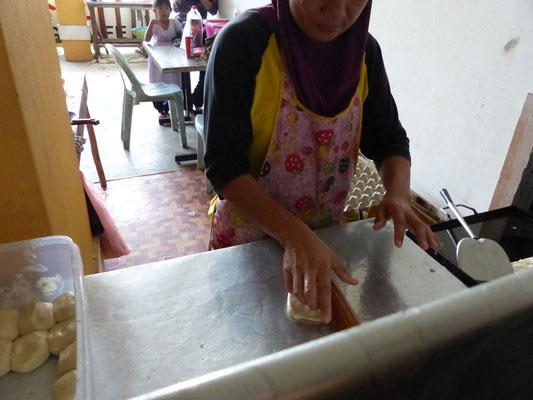 Der Roti-Teig wird geknetet