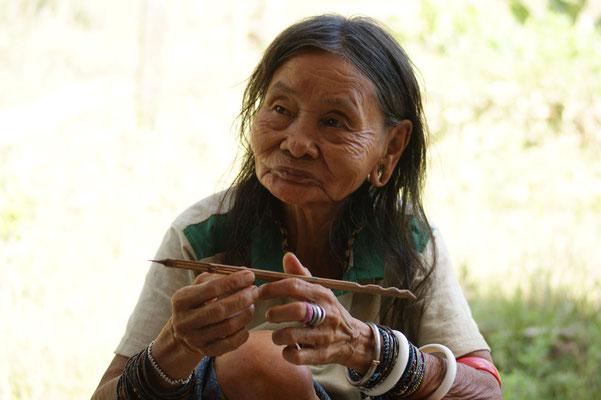 Die alte Dame spielt Flöte mit der Nase
