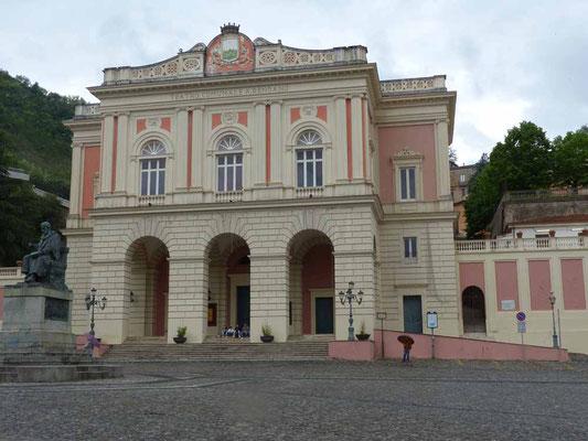 Die Piazza mit dem Theater am Ende der Altstadt