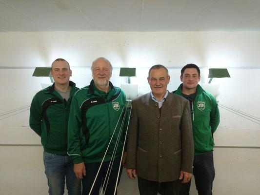 langjährige Mitglieder wurden von Vereinsvorstand geehrt. V.l.n.r. 1. Schützenmeister Michael Hopfensperger , Reinhold Buczek, Albert Anetsberger, 2. Schützenmeister Stefan Ramsauer