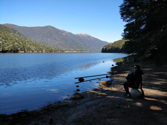 Pause philosophique au bord du lac