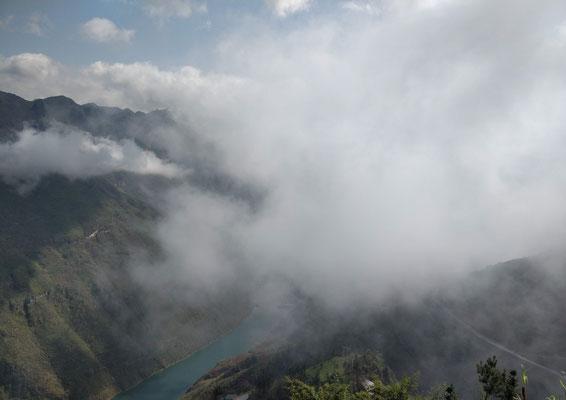 Le lac du barrage en bas de la vallée