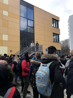 Alle Klassen sammeln sich vor dem neuen Gebäude.