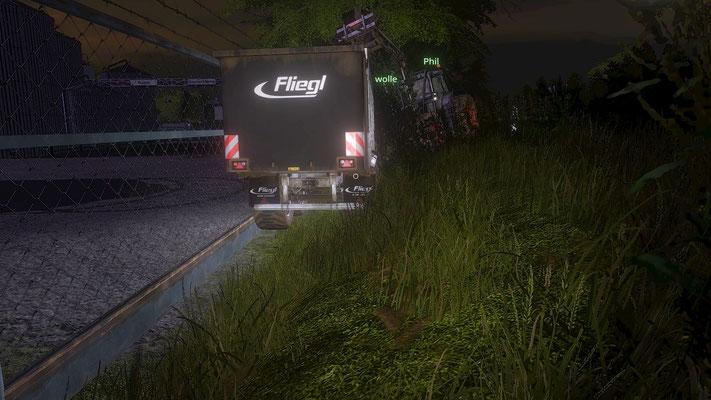 Vollbeladen mit einer wichtigen Rapslieferung für die Raffinerie findet sich der Fahrer dieses Gespanns plötzlich im Straßengraben wieder.