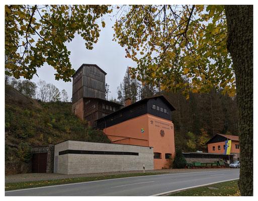 Blick auf die ehemalige Aufbereitung der Grube Christiane, im Vordergrund der Museumsneubau