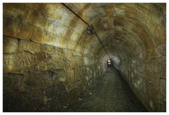 Der Stollen ist komplett in Sandstein gesetzt, am Stoß die Lichtleitung aus der DDR-Zeit, auch der Split auf der Sohle wurde damals aufgeschüttet