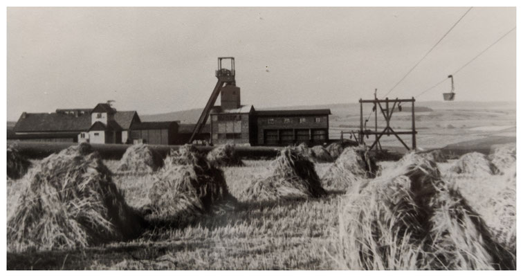 Tagesanlagen am Schacht Webel, rechts die Seilbahn zum Schacht Martenberg (Quelle: Darstellung im Bergbaumuseum Grube Christiane)