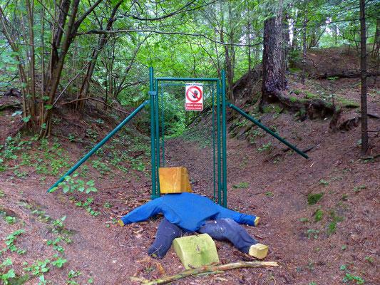 """Dieser """"Wächter"""" schützt das Naturdenkmal. Der fehlende Zaun macht ihm die Arbeit nicht gerade leichter :-)"""