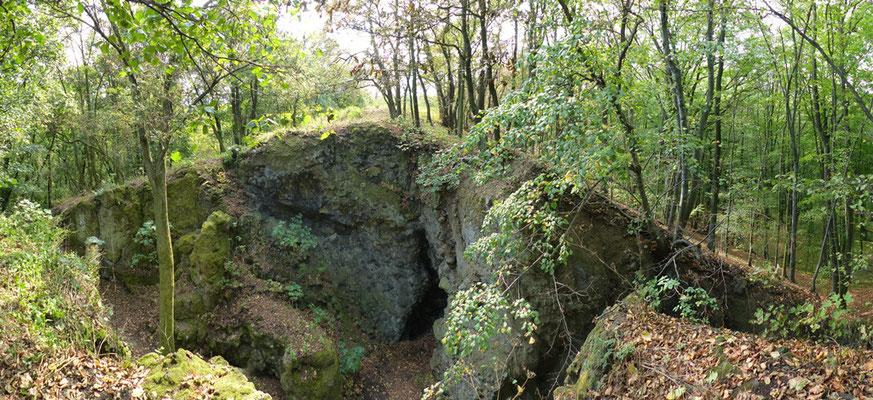 anstehender und teilweise abgebauter Basalt auf dem Gipfel des Baba