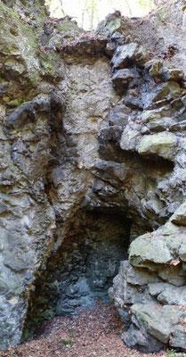Abbauhöhlung mit dem Übergang vom Basalt zu Brekzie
