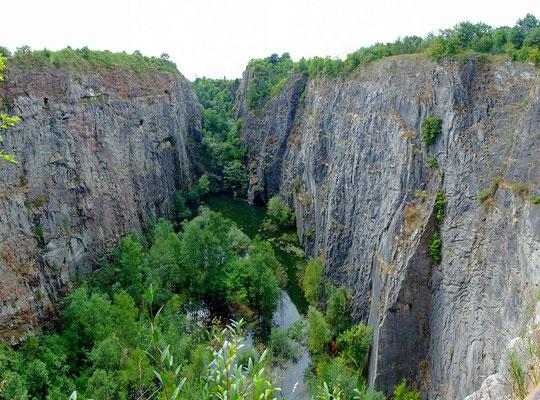 """Blick in den Kalksteinbruch """"Mexiko"""" vom Wanderweg über der Ostwand."""