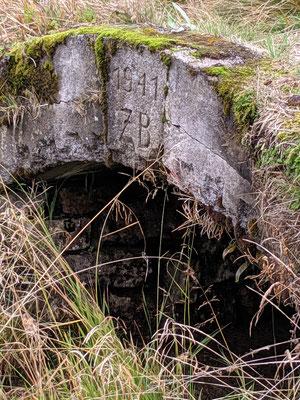 """Betonmauerrung am Mundloch des """"St.-Georg-Stolln"""", die Inschrift """"ZB 1941"""" deutet auf die letzte Sanierung durch die Zinnbergbau Sudetenland GmbH hin"""