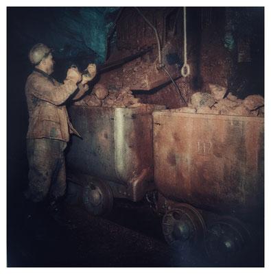 Verladung des Erzes durch eine Sturzrolle (Quelle: Darstellung im Bergbaumuseum Grube Christiane)