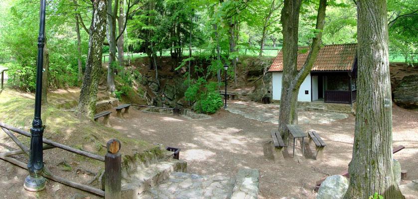 """Zugang zur Besucherhöhle """"Chýnovská jeskyně"""" die in en Kalksteinschichten des Pacová hora verläuft."""
