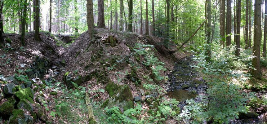 Dieser verbrochene Stollen findet sich nur knapp über der Bachsohle am östlichen Hang. Möglicherweise ein Suchstollen zur Erkundung des Gegengebirges.