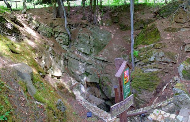 Eingang in die für ihre Farbigkeit berühmte Höhle.