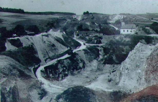 Dieses Foto aus dem Jahr 1942 zeigt den großen Bruch in der Ortsmitte neben der Kirche.